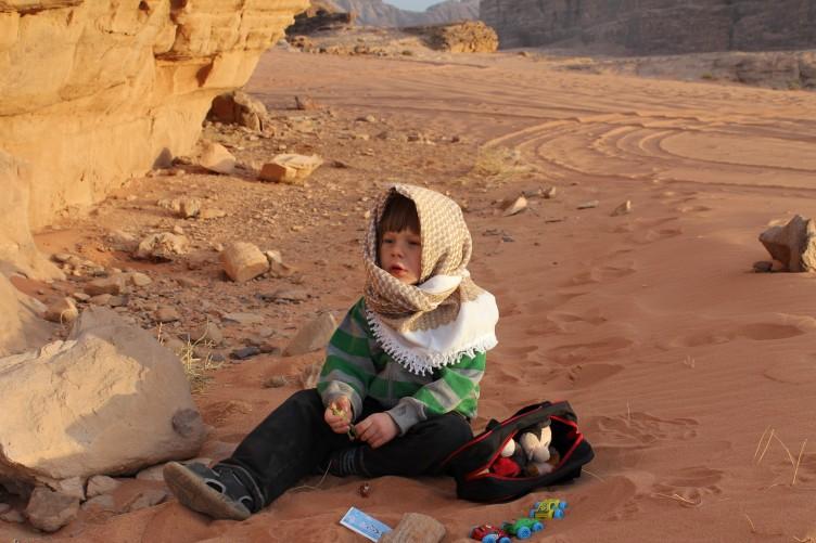 Malthe i en af verdens største sandkasser.  Foto: Martin Hoffmann Kønig